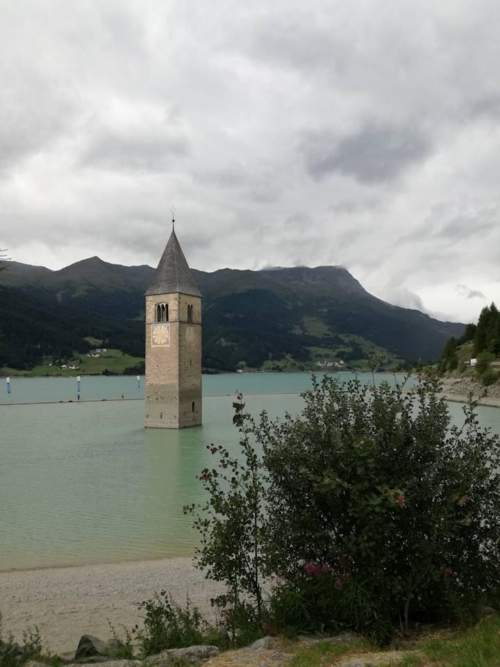 Il campanile che emerge dal lago