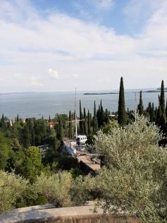 La nave Puglia con vista sul lago